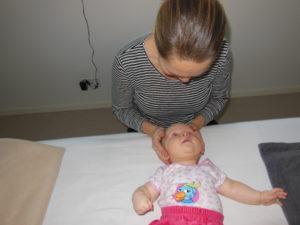 Børnebehandling med god kontakt. Biodynamisk kranio-sakral terapi.